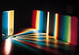 Diffraction de la lumière blanche en plusieurs rayons des couleurs du spectre lumineux